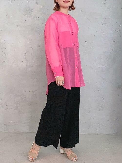 黒のワイドパンツ×サンダル×ピンクのオーバーシャツの春夏コーデ