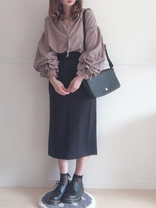袖フリルトップス×黒おタイトスカート×黒のブーツ