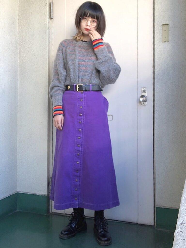 フロントボタンスカート×グレーのニットセーター×ブーツ
