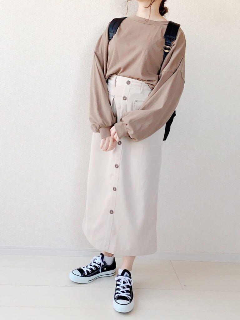 フロントボタンスカート×長袖のスリーブT×スニーカー