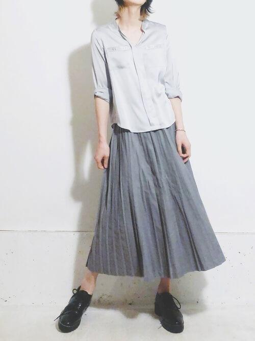 パジャマシャツ×グレーのプリーツスカート×黒のブーツ