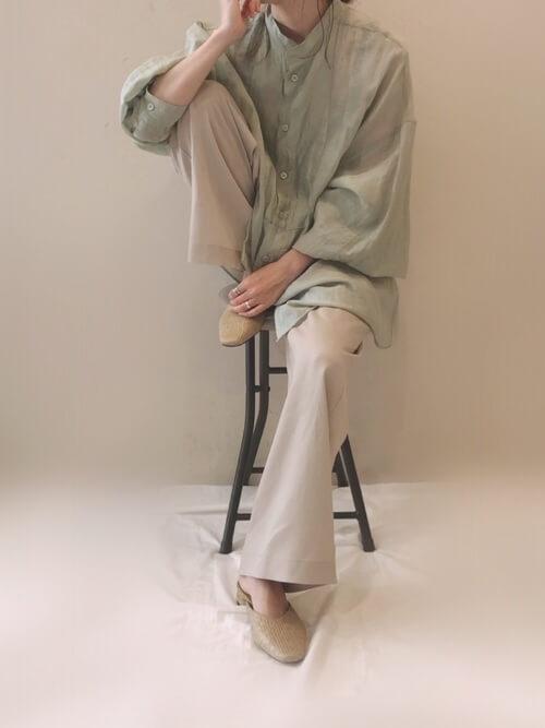 グリーンのオーバーサイズシャツ×ベージュのイージーパンツ×ミュール