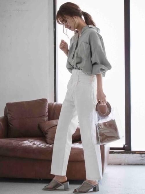 白のワイドデニム×サンダル×グレーのオーバーシャツの春夏コーデ