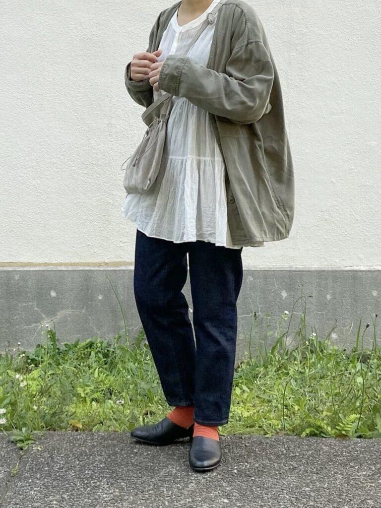 カラーソックス×シャツジャケット×ブラウス×デニムパンツ×スポックシューズ