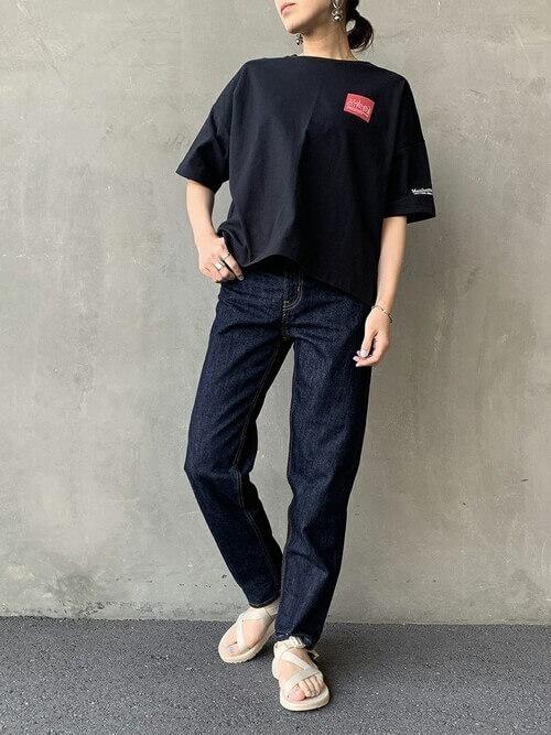 黒のTシャツ×サンダル×インディゴデニムの春コーデ
