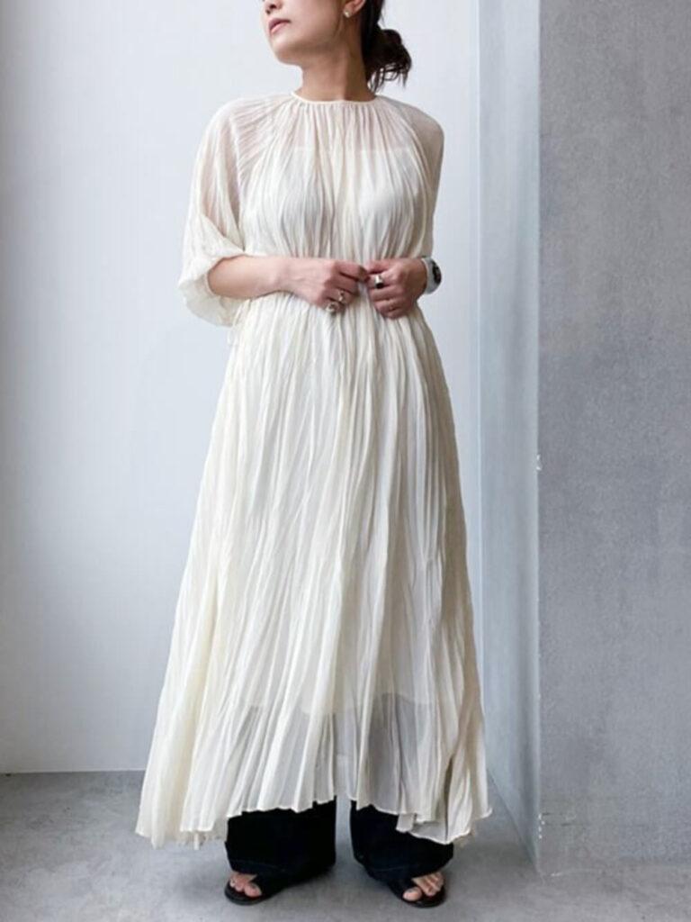 白のマキシワンピ×サンダル×インディゴデニムの春コーデ