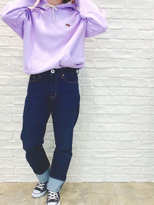 紫のパーカー×スニーカー×インディゴデニムの春コーデ