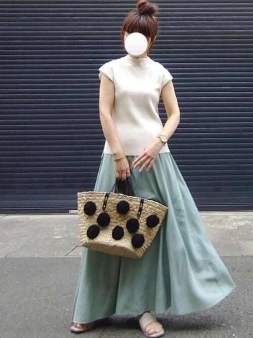 白のサマーニット×グリーンのロングフレアスカート×ベージュのサンダル×かごバッグ