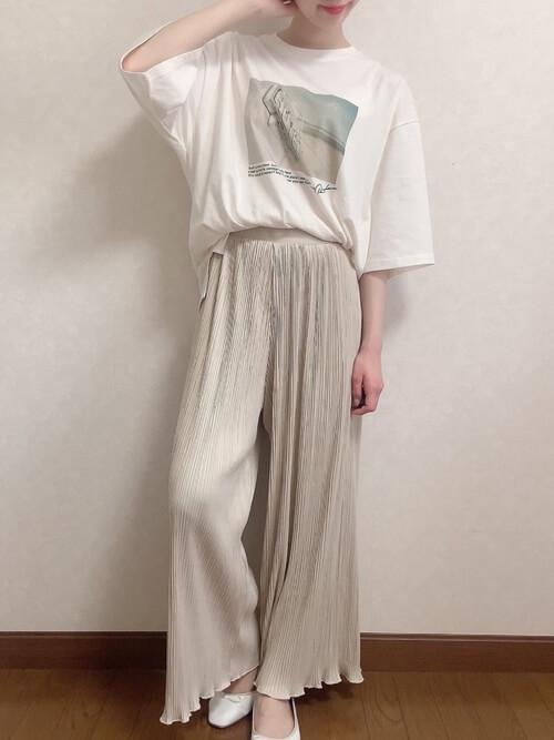 デザインTシャツ×ベージュのプリーツパンツ×白のパンプス