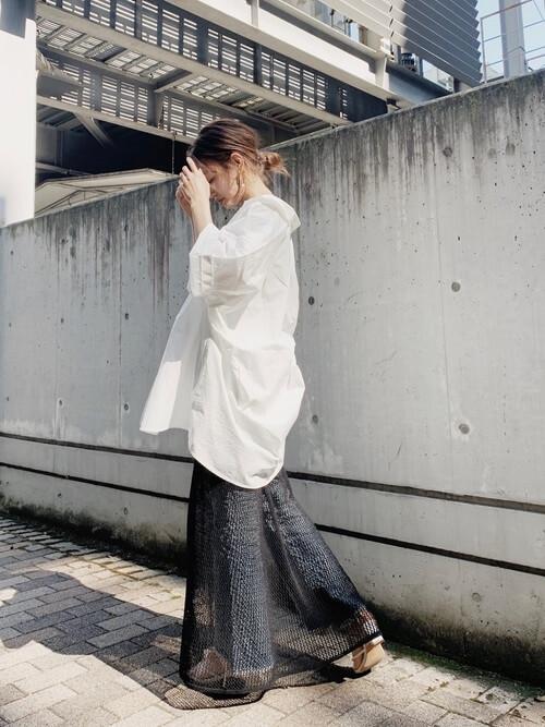 シアーワンピ×カットオフデニム×白のオーバーシャツの春夏コーデ