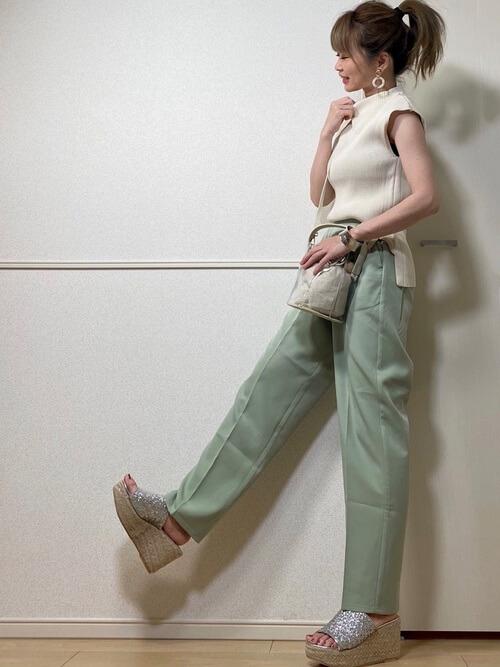 白のサマーニット×グリーンパンツ×厚底サンダル×クリアバッグ