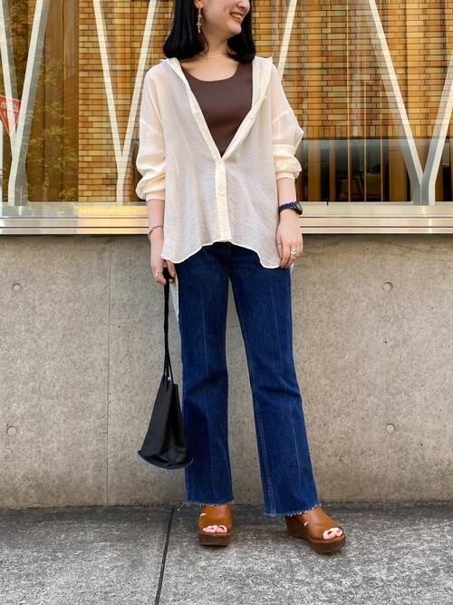 茶色のノースリーブ×フレアデニム×オーバーシャツの春夏コーデ