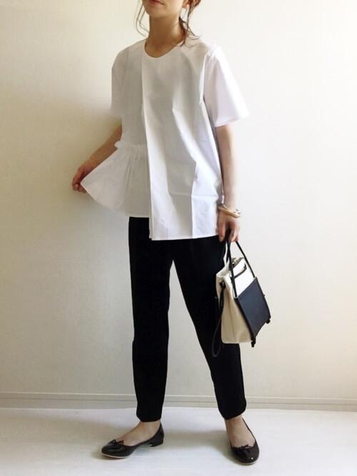 裾フリルトップス×黒のスラックス×黒のパンプス