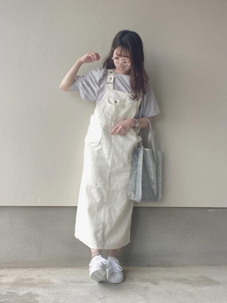 アディダスのスニーカー×パープルのTシャツ×白のジャンパースカート