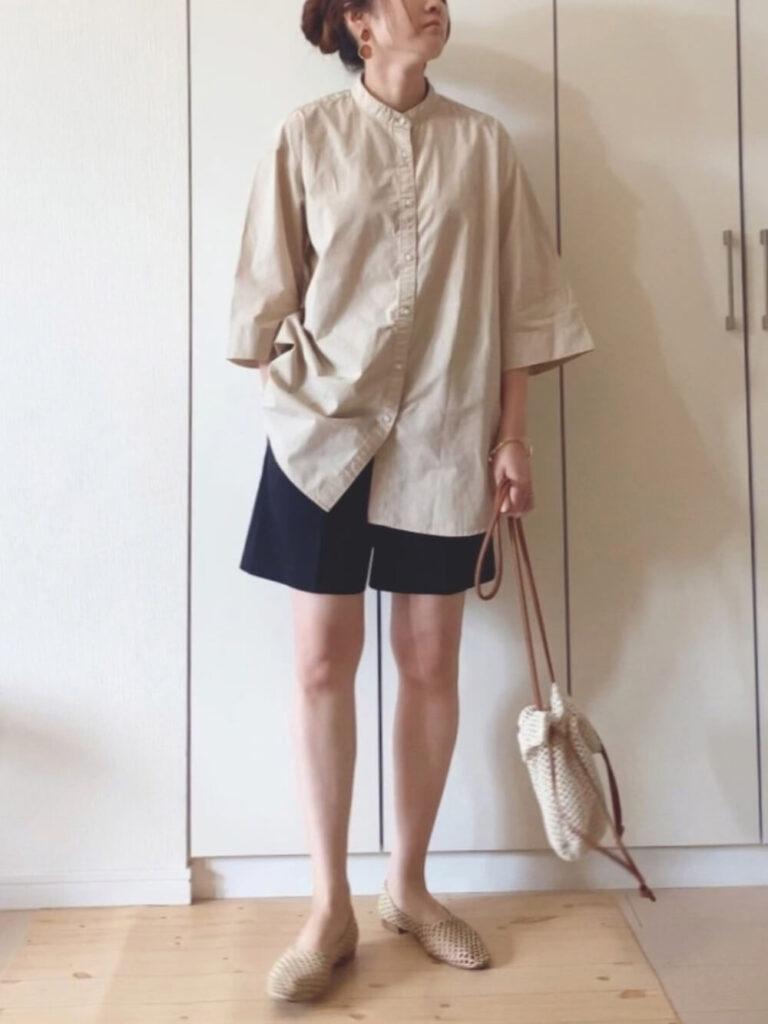 バンドカラーシャツ×メッシュフラットシューズ×ネイビーのショートパンツのコーデ