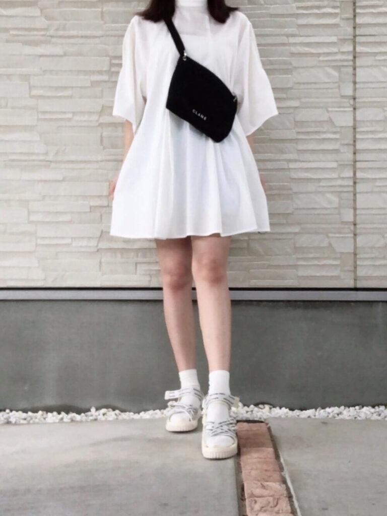 ショートパンツ×白シャツ×サンダル