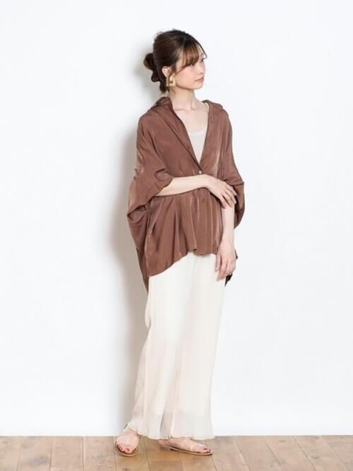 ベージュのタンクトップ×マキシスカート×茶色のオーバーシャツの春夏コーデ