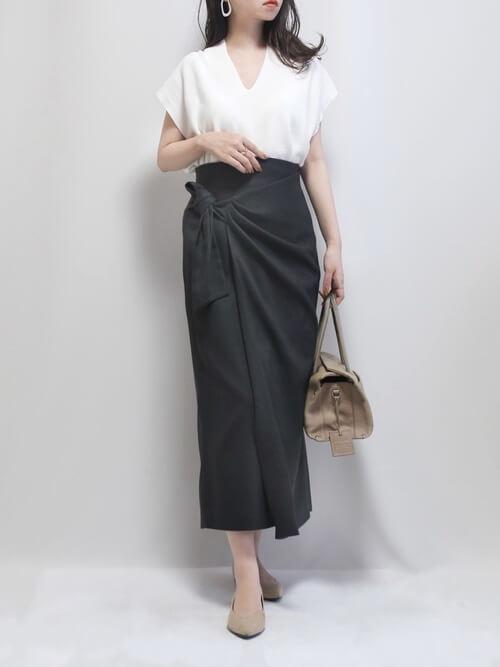 白のサマーニット×黒の巻きタイトスカート×ベージュのパンプス