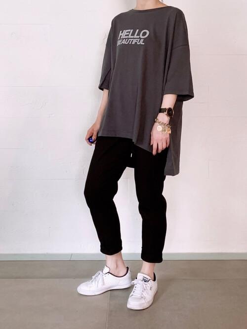 グレーのTシャツ×クロップドパンツ×プーマのスニーカーの春夏コーデ