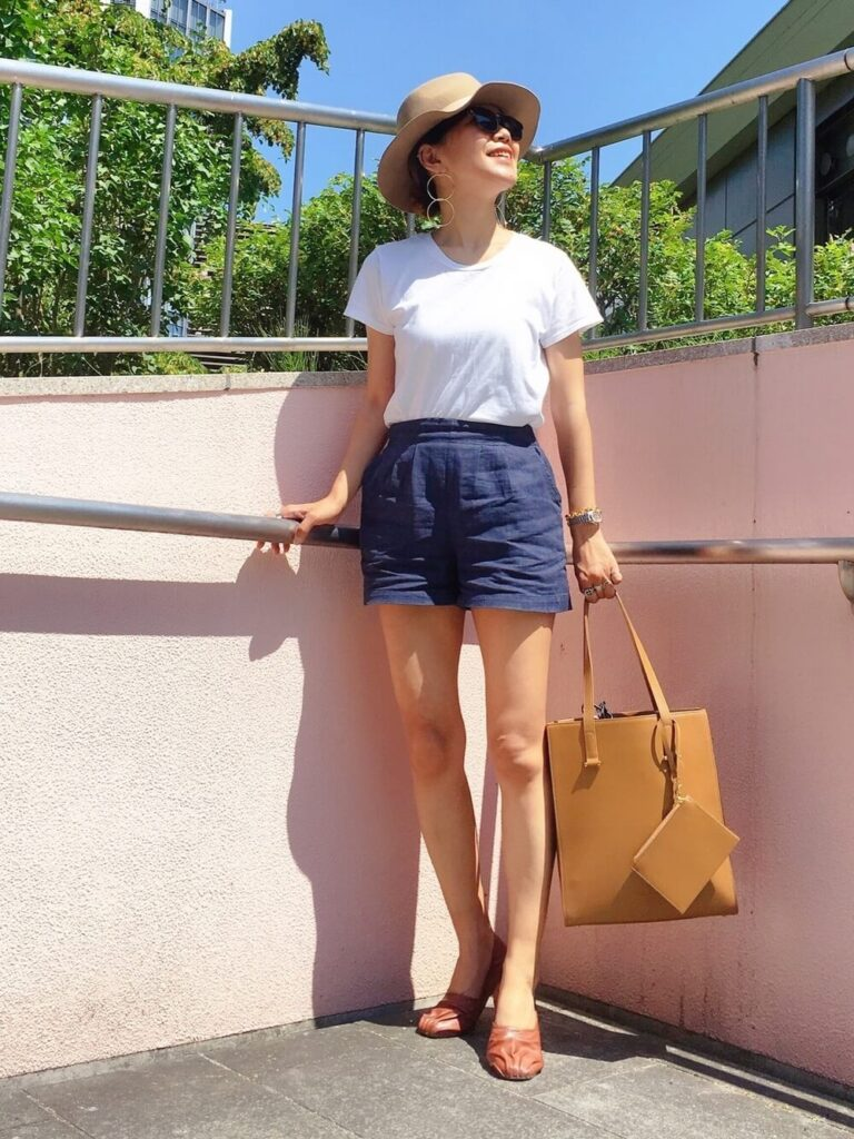 白のTシャツ×パンプス×ネイビーのショートパンツのコーデ