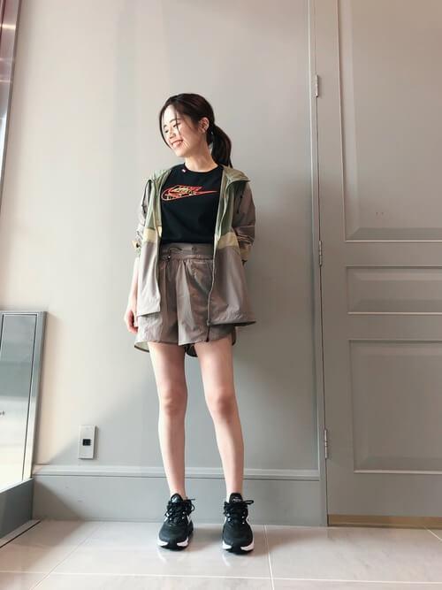 黒のTシャツ×ショートパンツ×マウンテンパーカーの春夏アスレジャーコーデ