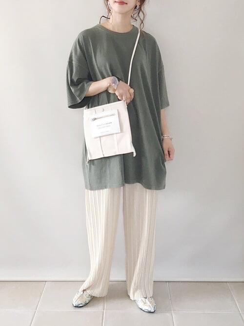 グリーンTシャツ×白のプリーツパンツ×花柄のバレエシューズ×ショルダーバッグ