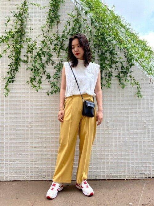 白のノースリーブ×黄色のワイドパンツ×リーボックのスニーカーの春夏コーデ