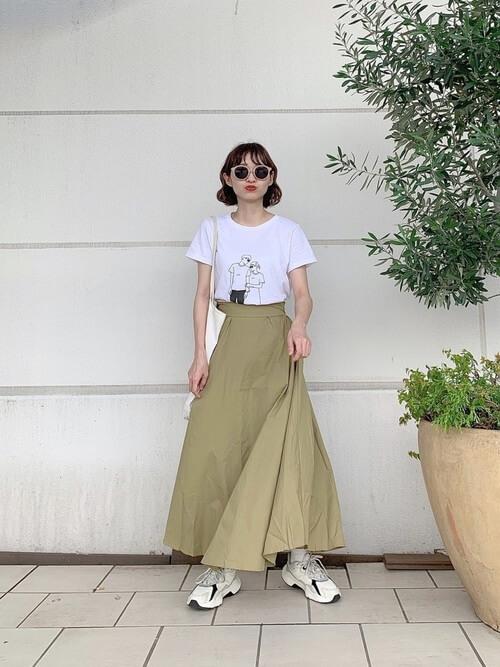 白のTシャツ×チノロングスカート×リーボックのスニーカーの春夏コーデ