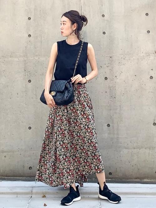 黒のノースリーブ×総柄スカート×プーマのスニーカーの春夏コーデ