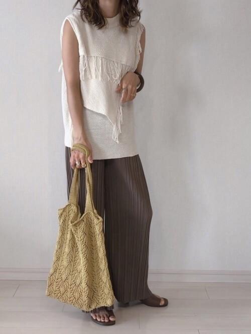 白のサマーニット×ブラウンのプリーツワイドパンツ×ブラウンのサンダル×編みバッグ