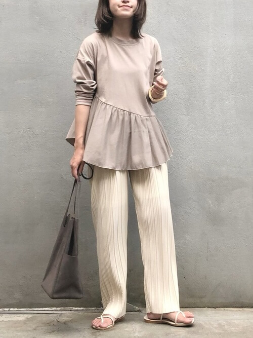 裾フリルトップス×ベージュのワイドプリーツパンツ×白のサンダル×ブラウンのバッグ