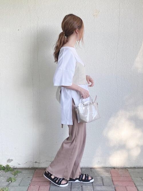 ベージュのキャミソール×白のロング丈Tシャツ×ピンクのワイドリブ