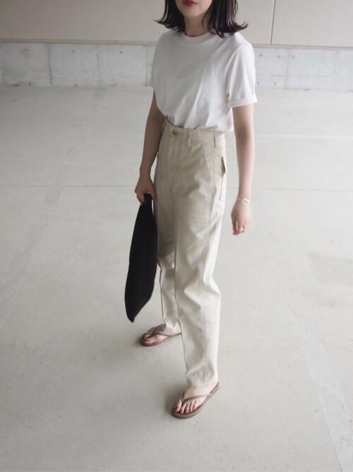 白のTシャツ×ベイカーパンツ×ベージュのサンダル