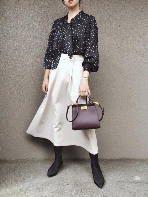 白のフレアスカート×黒のブーツ×ドット柄シャツのレディースコーデ