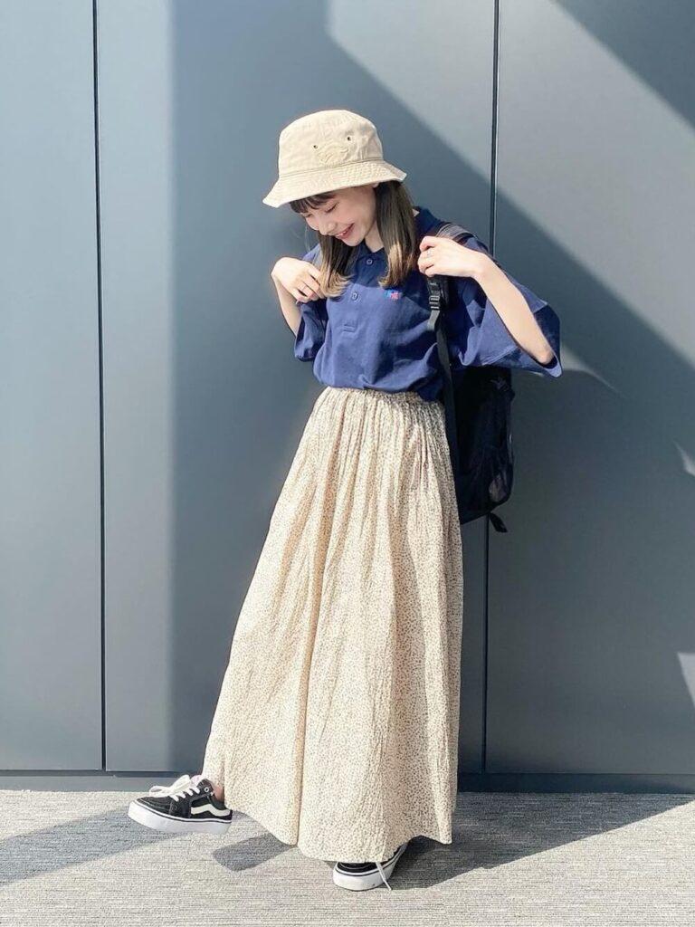 VANSのスニーカー×ポロシャツ×花柄ロングスカート×バケットハット