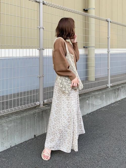 ブラウンのカーディガン×花柄のロングスカート×白のサンダル
