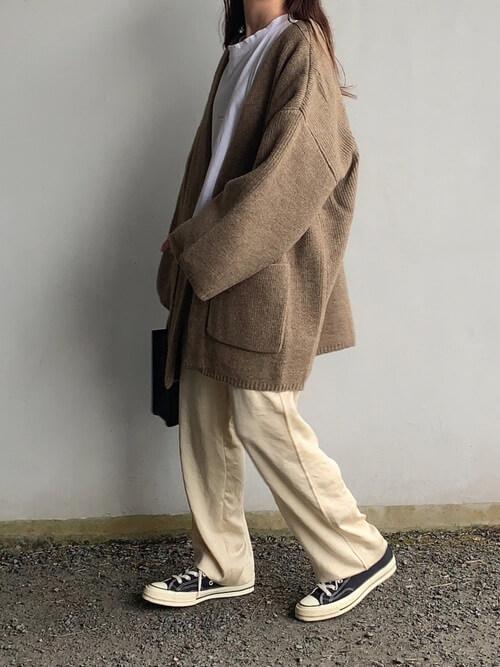 ベージュのノーカラージャケット×白の無地Tシャツ×ベージュのサテンパンツ×黒のスニーカー