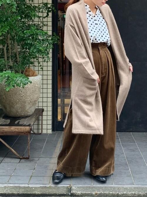 ロングカーディガン×コーデュロイワイドパンツ×ドット柄シャツのレディースコーデ