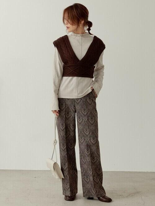 ビスチェ×ニットセーター×総柄スラックス×ブーツ