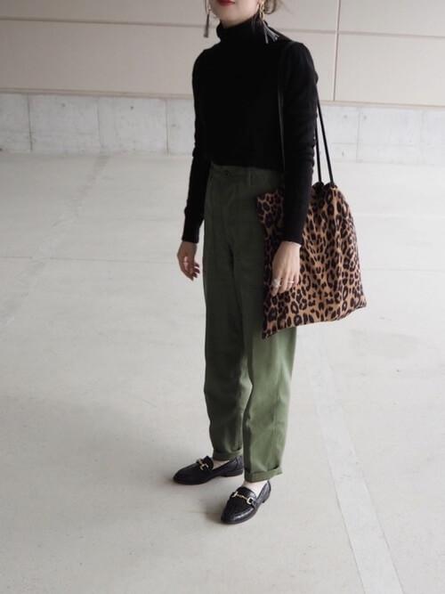黒のタートルネックセーター×ベイカーパンツ×黒のローファー×レオパード柄バッグ