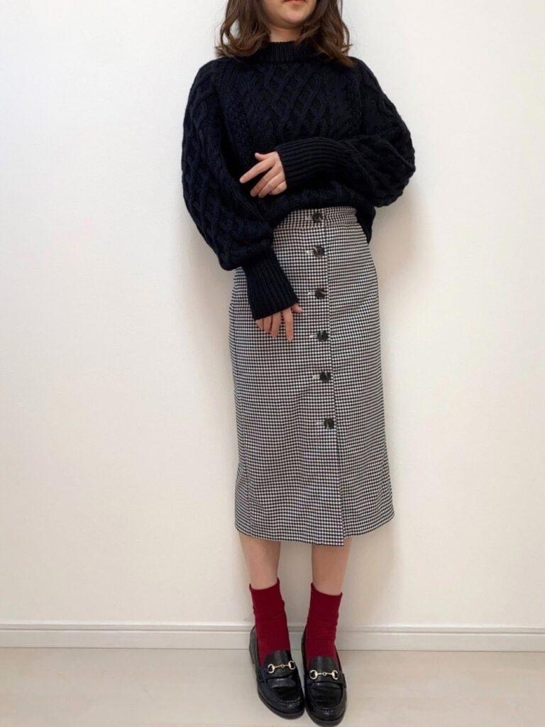 フロントボタンスカート×黒のケーブルニット×ビットローファー