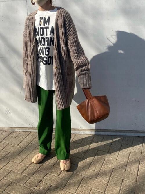 白のロゴTシャツ×ブラウンのカーディガン×グリーンのスラックス×ベージュの足袋パンプス