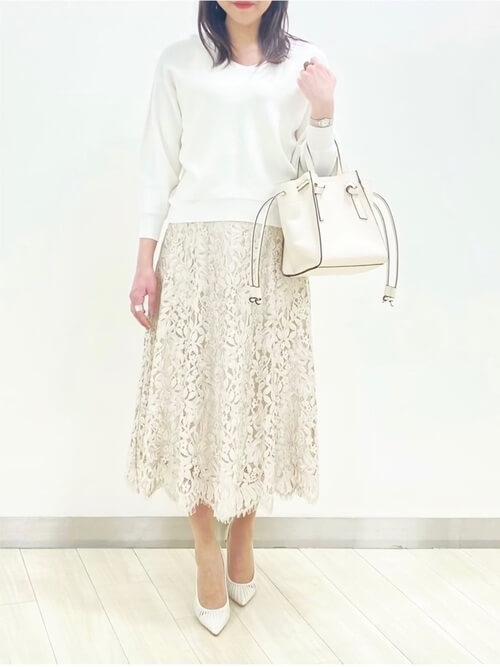 白のニット×白のパンプス×白のレーススカートのオフィスコーデ