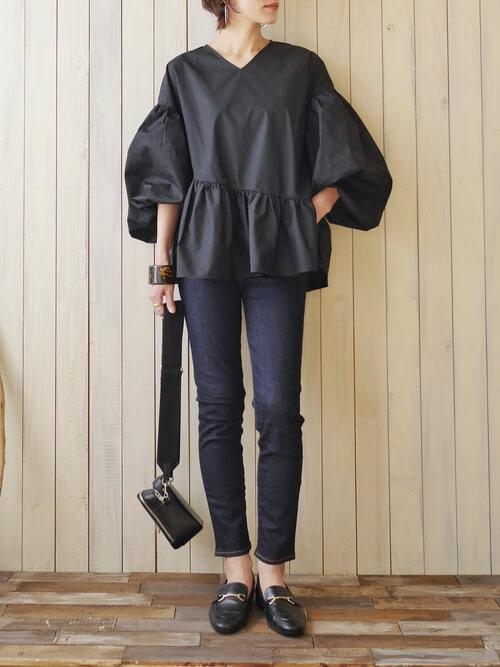裾フリルトップス×インディゴデニムパンツ×黒のローファー