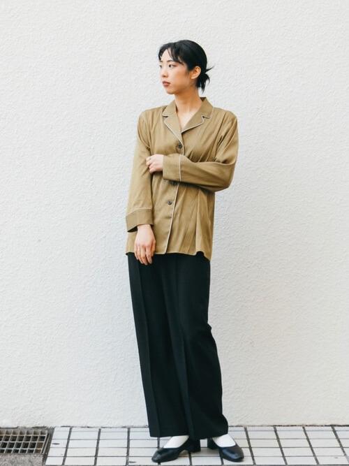 パジャマシャツ×黒のスラックス×黒のパンプス