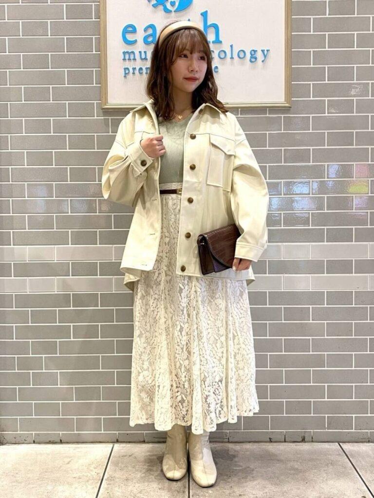 白のレーススカート×レザージャケット×リブニット×ブーツ