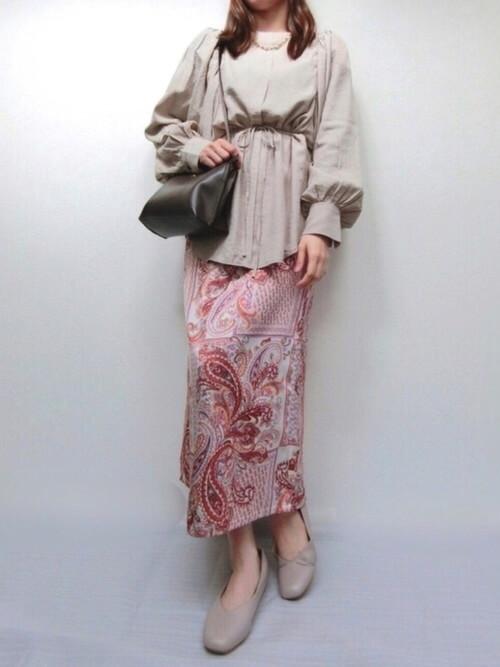 ベージュのチュニック×ペイズリー柄のスカートの春夏の通勤コーデ