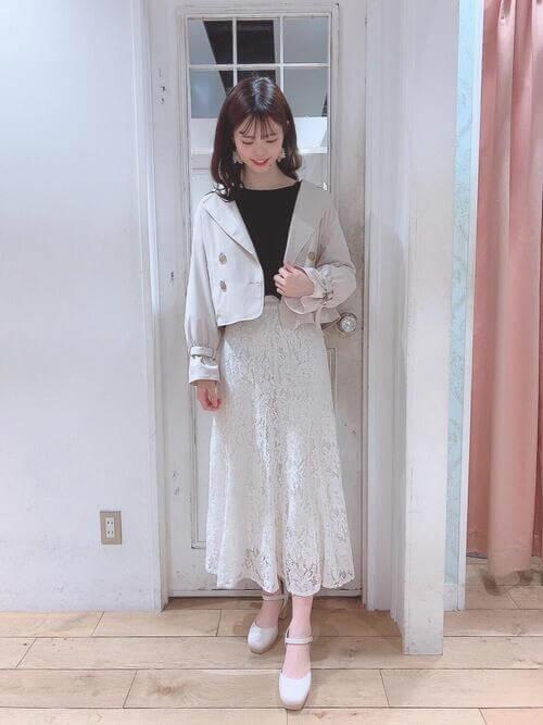 黒のカットソー×白のジャケット×白のレーススカートのオフィスコーデ
