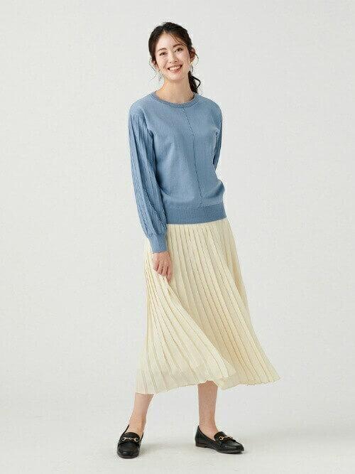 ブルーのニット×プリーツスカートの春夏の通勤コーデ