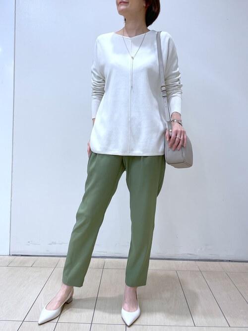 白のカットソー×グリーンのテーパードパンツの春夏の通勤コーデ